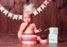 Девушка ребенка с именниным пирогом Стоковое фото RF