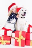 Девушка ребенка с собакой labrador в шляпах рождества Стоковое фото RF