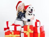 Девушка ребенка с собакой labrador, концепцией рождества Стоковые Изображения RF