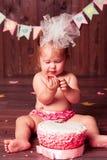 Девушка ребенка с тортом Стоковое Изображение