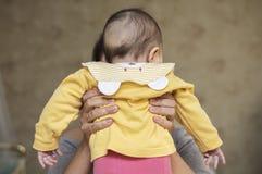Девушка ребенк младенца ребенка в руках матери Стоковые Изображения RF
