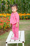 Девушка ребенк стоя на стенде Стоковое Изображение