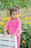 Девушка ребенк стоя на стенде Стоковые Фото