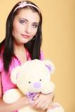 Девушка ребяческой молодой женщины ребячья в розовой обнимая игрушке плюшевого медвежонка Стоковые Изображения RF