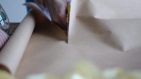 Девушка режет бумагу с ножницами стоковое изображение rf