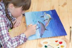 Девушка рисует гуашь Стоковые Изображения RF