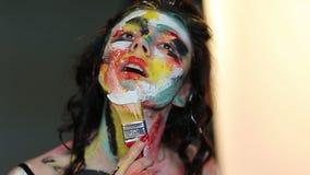Девушка рисует на щетке самой в краске сток-видео