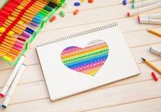 Девушка рисует открытку отметок с сердцем цвета Много яркая метка Стоковая Фотография RF