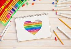 Девушка рисует открытку отметок с сердцем цвета Много яркая метка Стоковое фото RF