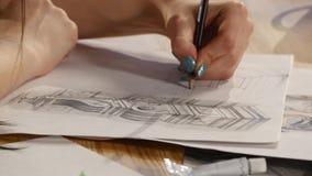 Девушка рисует эскиз карандаша на бумаге конец вверх акции видеоматериалы