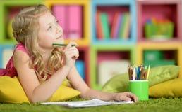 Девушка рисуя дома Стоковое Фото