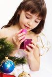 девушка рождества меньший усмехаться отверстия присутствующий Стоковые Фотографии RF