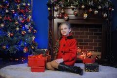 Девушка рождества в красном пальто Стоковые Изображения
