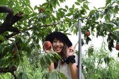 Девушка рудоразборки плодоовощ на наружном месте Стоковая Фотография RF