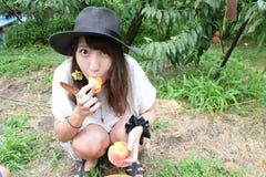Девушка рудоразборки плодоовощ на наружном месте Стоковое Изображение