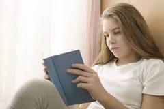 Девушка рядом с окном стоковое изображение rf