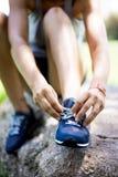 Девушка связывая ее ботинки Стоковые Изображения RF