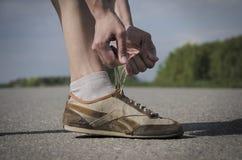 Девушка связывая шнурок перед jogging Стоковое Изображение