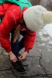 Девушка связывая шнурок Стоковые Фотографии RF