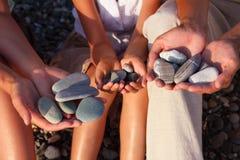 девушка семьи вручает камушки стоковые изображения rf