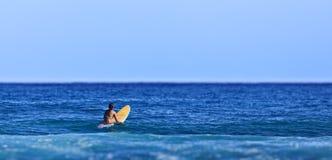 Девушка серфера ждать волну Стоковая Фотография RF