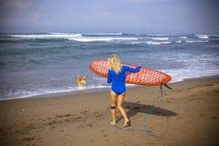 Девушка серфера молодой женщины Стоковое Фото