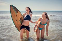 Девушка серфера наслаждаясь летом, водными видами спорта стоковое изображение rf