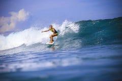 Девушка серфера на изумительной голубой волне Стоковое Изображение RF