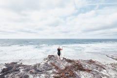 Девушка серфера около океана Стоковая Фотография