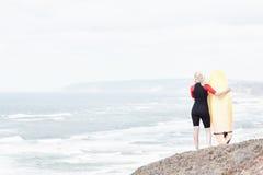 Девушка серфера около океана Стоковые Изображения