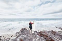 Девушка серфера около океана Стоковые Фото