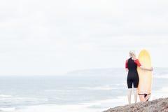 Девушка серфера около океана Стоковое Изображение RF