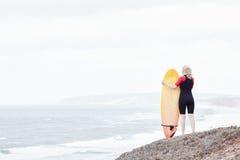 Девушка серфера около океана Стоковая Фотография RF