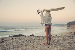 Девушка серфера стоковая фотография