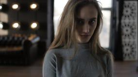 Девушка сидит в ее комнате сток-видео