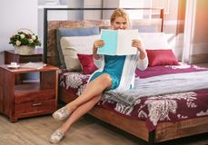 Девушка сидит на кровати с кассетой Стоковое Фото