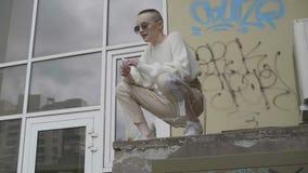 Девушка сидит на крыше акции видеоматериалы
