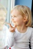 девушка сидит окно стоковая фотография
