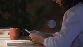 Девушка сидя на библиотеке при свободное Wi-Fi изучая и беседуя в социальных сетях сток-видео