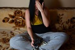 Девушка сидя на кресле и знаке facepalm шоу, играя дальше стоковая фотография