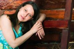 Девушка сидя на сене Стоковая Фотография