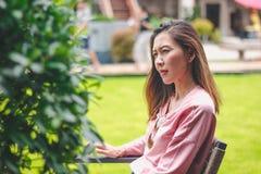 Девушка сидя на стуле отсутствующ-мысляща стоковые изображения