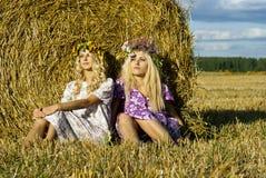 Девушка сидя около haystack Стоковые Изображения RF