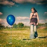 девушка сини воздушного шара Стоковая Фотография