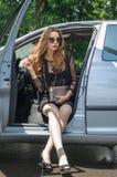 Девушка сидит в автомобиле на месте водителя Стоковая Фотография