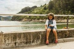 Девушка сидит в стене Предпосылка ландшафта природы astrological стоковая фотография