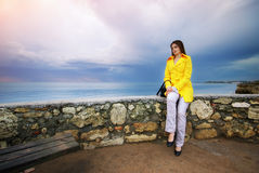 Девушка сидит на границе Стоковая Фотография