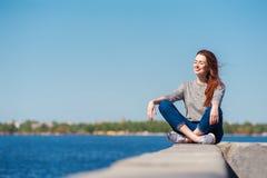 Девушка сидит на парапете 04 Стоковое Изображение