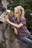 Девушка сидя на большом старом пне Стоковые Фото