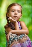 Девушка сидя на деревянной таблице Стоковые Фотографии RF